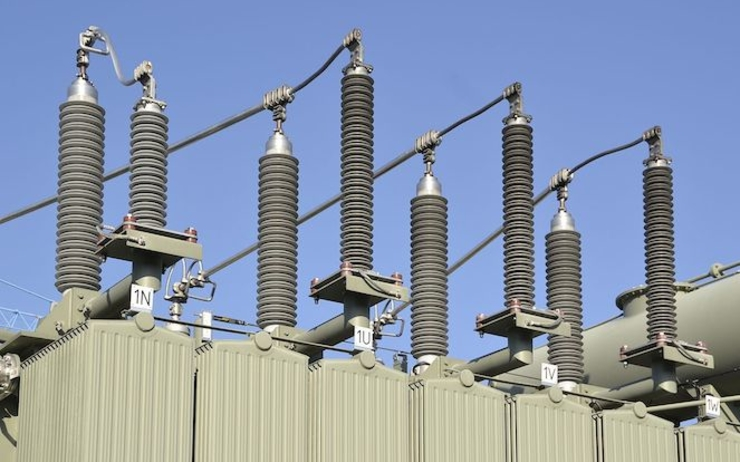 1280px-Electric_insulators_on_top_of_a_transformer_(2)